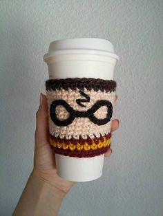 Projects Harry Potter Ravelry: Harry Potter Cup Cozy pattern by Yazmina Nieblas Crochet Coffee Cozy, Crochet Cozy, Crochet Crafts, Yarn Crafts, Crochet Projects, Free Crochet, Coffee Cozy Pattern, Coffee Cup Cozy, Bijoux Harry Potter