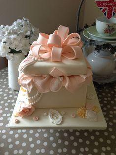 Tagli, ritagli e coriandoli Hat Box Cake, Gift Box Cakes, Gift Cake, Pretty Cakes, Cute Cakes, Beautiful Cakes, Amazing Cakes, Bow Cakes, Cupcake Cakes