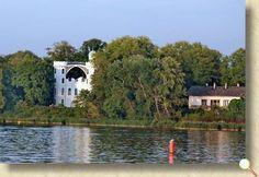 Pfaueninsel. Ein Landschaftsparkt, der zur Stiftung Preußischer Schlösser gehört und ebenfalls zum Gesamtkomplex Potsdam und somit zum Weltkulturerbe. Seit 1924 ist die Insel mit der Uferzone als Naturschutzgebiet ausgewiesen und gehört zum Europäischen Vogelschutzgebiet.