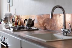 8 Appreciate Clever Tips: Peel And Stick Backsplash Stone silver tin backsplash.Metal Backsplash Diy how to install beadboard backsplash. Urban Kitchen, Copper Kitchen, Kitchen Tiles, New Kitchen, Kitchen Dining, Copper Splashback Kitchen, Mirror Splashback, Copper Counter, Concrete Counter