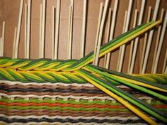 Terrific Photos hand weaving Popular The post appeared first on Weaving ideas. The post appeared first on Weaving ideas. Paper Weaving, Weaving Textiles, Weaving Art, Tapestry Weaving, Loom Weaving, Hand Weaving, Peg Loom, Newspaper Crafts, Weaving Projects