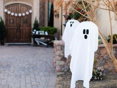 DIY Hanging Ghosts - Outdoor Halloween Decorations