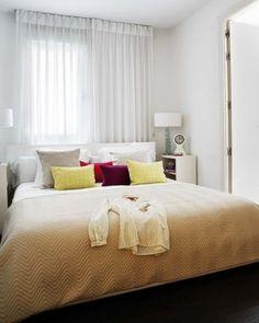 a cabeceira embaixo da janela e mantendo o conforto para dormir – a cortina pode terminar alguns centímetros abaixo da altura da cabeceira ou pode ser substituída por uma persiana.