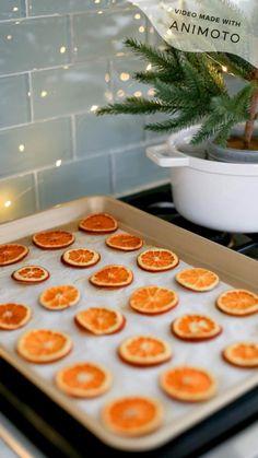 Orange Christmas Tree, Diy Christmas Garland, Natural Christmas, Diy Garland, Christmas Paper, Christmas Gifts, Christmas Decorations Diy Easy, Christmas Fireplace Garland, Merry Christmas To You