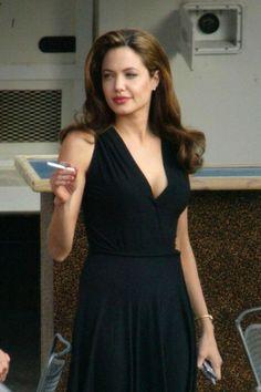 Angelina Jolie smoking on set of Mr & Mrs Smith
