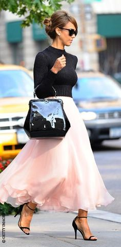 I love it! Blush pink Midi skirt with black. Best combo everrr! // Jessica Alba style queen