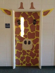 La clase de las jirafas. Decorar la puerta del aula escolar