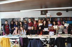 Türkiye Bursları ile dünyanın dört bir yanından gelerek Türkiye'de eğitim gören uluslararası öğrenciler, akademik hayatlarının yanı sıra Sanat Atölyesi'nde aldıkları çini, ebru, hüsnühat, kara kalem, sulu boya ve gitar gibi kurslarla kültürel yönlerini de geliştiriyor. Türkiye Bursları kapsamındaki Uluslararası Öğrenciler …