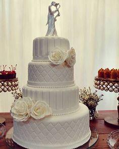 Bolo casamento clássico rosas