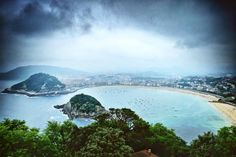 #latergram of that beautiful day in San Sebastian last July. It is a very small town but it reminds me of Rio landscapewise. Also they have the best food I've ever eaten - no doubt why San Sebastian (or Donostia in basque) is a foodie destination for culinary experts and enthusiasts from around the world. 2 of the top 20 restaurants in the world - Arzak and Mugaritz are situated in the town. We lived close to Arzak and checked how to book a dinner there - 6 months in advance was the answer.