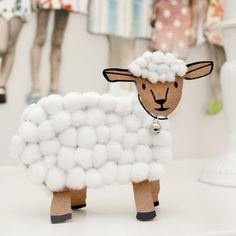 P'tit agneau. Le kit inclut tout le nécessaire pour réaliser cette activité de bricolage pour enfant. Un adorable agneau à fabriquer à partir de belles boules de coton. Avec sa clochette autour du cou il deviendra une jolie décoration ou un copain tout doux pour imaginer des histoires. © photo Marc Zirnheld