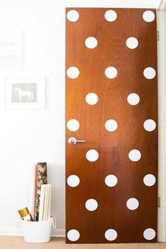 Best DIY Projects: Dress up a plain front door with some vinyl polka dots! Such an easy and quick DIY that's perfect for rental apartments and dorm rooms. Porte Diy, Diy Casa, Simple Closet, Ideias Diy, Painted Doors, Cool Diy Projects, Art Projects, Dorm Decorations, Organization Hacks