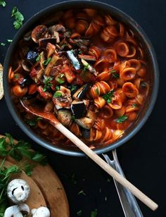 Vegan Pasta Recipes Here are 14 recipes that prove pasta does not need only cheese and Tomato sauce . Here are some amazing delicious vegan pasta recipes Baker Recipes, Cooking Recipes, Cooking Tips, Vegetarian Recipes, Healthy Recipes, Vegan Pasta, Mets, Vegan Foods, One Pot Meals