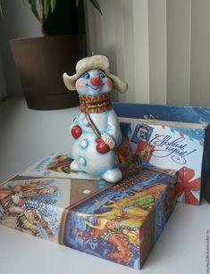 Купить или заказать игрушка елочная из папье-маше Снеговик в интернет-магазине на Ярмарке Мастеров. Елочная игрушка Снеговик сделана из многослойного папье-маше, полая, лёгкая. Расписаны акриловыми красками, украшена глиттерами (блёстками), покрыта лаком. Paper Clay, Clay Art, Handmade Christmas, Christmas Ornaments, Snowman, Decorative Boxes, Gift Wrapping, Dolls, Holiday
