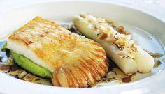 Piggvar er en eksklusiv fisk som passer til fest. Sammen med hvite asparges, mandelpoteter og andre godsaker har du en oppskrift som faller i smak hos alle.