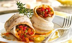 Rollitos de lubina con pisto Fish Dishes, Fresh Rolls, Food Styling, Tacos, Mexican, Sweet, Ethnic Recipes, Mandala, Drink
