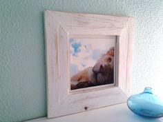 En este artículo os mostraré paso a paso como hacer un marco de fotos con madera de palés. También lo pintaremos en color blanco y le daremos un efecto envejecido o desgastado. Para hacer un marco de fotos necesitas:  Madera Lija Grapador