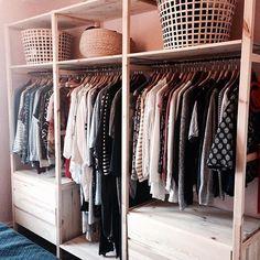 Jag som aldrig tävlar i sport tänkte istället tävla i klädförvaring! En öppen garderob är inte bara fin utan man blir även påmind om vad man redan har. IVAR hyllsystem funkar utmärkt som klädförvaring tillsammans med RÄCKA gardinstång. Det som inte får plats på BUMERANG galgar trycks ner i GADDIS och SINNERLIG korgar. #minIKEAstil #elledecorationse