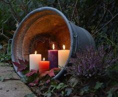 Kerzen im Blecheimer - je nach pflanzlichem Drumherum eine wunderbar herbstliche bis weihnachtliche Deko-Idee ...