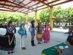 """Para fortalecer la identidad regional entre la comunidad estudiantil, el #EMSAD01ValledeVázquez del #Cobaem_Morelos, organizó el #PrimerConcursodeTrajeTípico"""", con la participación de 19 alumnas de los tres grados de bachillerato."""