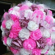 Esfera con flores de papel crepe, tul y perlitas