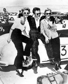 James Dean posing for a photo with fans at the race track. probably after his first race at Palm Springs, CA, March Rolls Royce Phantom, Old Hollywood Actors, Classic Hollywood, Vintage Hollywood, Porsche 550 Spyder, James Dean Photos, Jimmy Dean, East Of Eden, Dark Photography