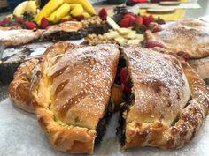 Γεμιστό καλτσόνε με σοκολάτα μπανάνα και φουντούκια Προετοιμασία 30′ Μαγείρεμα 25′ Αναμονή 60′ Υλικα Για 2 καλτσόνε Με το μάτι  Για τη ζύμη 3 + 1/2 με 4 κούπες αλεύρι για ψωμί 2 κ.γ. κρυσταλλική ζάχαρη 1 φακελάκι ξερή μαγιά 2 κ.γ. αλάτι 1 + 1/2 κούπα νερό (χλιαρό) 2 κ.σ. ελαιόλαδο + 4 …