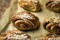 How to make the perfect korvapuusti. Swedish Recipes, Home Food, Dessert Recipes, Desserts, Something Sweet, Cinnamon Rolls, Food Photography, Yummy Food, Sweets