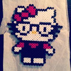 Ha a legjobb barátnőd szuperokos, lepd meg egy geek Hello Kittyvel!   Elkészítenéd? Rendelj hozzá díszdobozos gyöngyöket! http:// on.fb.me/1cc0O7O