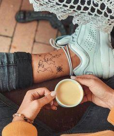 Weltkarte Temporäres Tattoo / Flugzeug Flash Tattoo / Handgelenk Tattoo für Reisende / Wind Rose Kompass / Fernweh / Paar Tattoo Set to make temporary tattoo crafts ink tattoo tattoo diy tattoo stickers Tattoo Flash, Trendy Tattoos, Small Tattoos, Boho Tattoos, Karten Tattoos, Cute Ankle Tattoos, Ankle Foot Tattoo, Back Of Ankle Tattoo, Rose Tattoo Foot