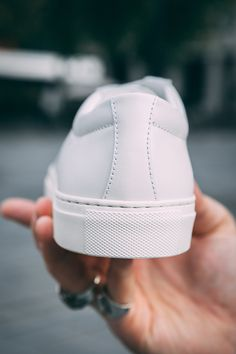 Focus sur le contrefort d'une paire de sneakers Artisan lab #sneakers #whitesneakers #artisanlab #white #leather #baskets #style #menstyle Lab, Sneakers, Artisan, Essentials, Style, White Sneakers, Foot Pads, Projects, Tennis
