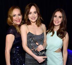 Pin for Later: 23 Choses Qui Se Sont Passé en Backstage Pendant les People's Choice Awards 2016 Leslie Mann et Alison Brie ont posé avec Dakota Johnson.