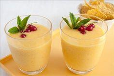 Nalijte kokosové mléko a rum do mixéru a přidejte na kostičky nakrájený ananas, mango a banán, a důkladně rozmixujte dohladka.