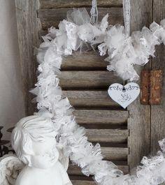 Couronne romantique style gustavien blanche en tulle ,dentelle et intissé en forme de cœur : Accessoires de maison par artisannelise