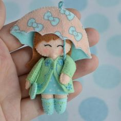Felt girl with umbrella Felt Patterns, Stuffed Toys Patterns, Felt Fabric, Fabric Dolls, Felt Diy, Felt Crafts, Sewing Crafts, Sewing Projects, Felt Projects