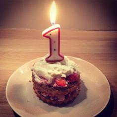Elli werd afgelopen één jaar en vierde dat met een homemade taartje. Met dit recept maak je een eerste verjaardagstaart zonder suiker. Een gezonder alternatief en ideaal als smash cake. De taart is super simpel, super lekker en meer dan... Lees verder →