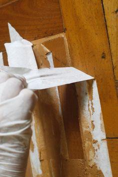 Feita a aplicação da massa acrílica nas juntas entre os tacos, espere secar por 24 horas. Depois desse período, tire a fita crepe...