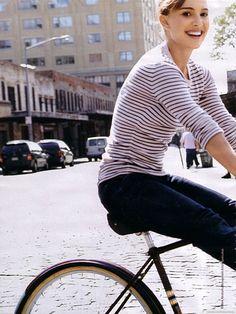 Natalie Portman Will Never Grow Up - Celebrities Female Natalie Portman, Christian Grey, Parisienne Chic, Nathalie Portman Style, Bike Style, Style Me, Cycle Chic, Bicycle Girl, Ryan Gosling