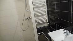 80nm-es panellakás átalakítás folyamata napról napra, kis költségvetéssel - kész állapot, bútorok és berendezés nélkül. Az első és második részben bemutatott panellakásban a lakásfelújítási munkák befejezése után, de még a berendezés, dekoráció előtt készítettük az alábbi fotókat, a cikkben bemutatjuk az eredeti állapotot és az átalakítás után készült képeket. Bathtub, Bathroom, Standing Bath, Washroom, Bathtubs, Bath Tube, Full Bath, Bath, Bathrooms