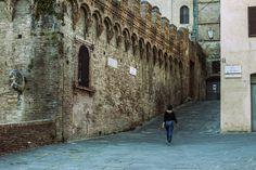 Tra Fontebranda, Vicolo del Tiratoio e Via Santa Caterina - Foto di Angelo Iaia su Flickr - https://www.flickr.com/photos/101040641@N03/25848264763/ - #Siena #ASpassoPerSiena