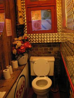 místo na toaleťáky, pod tím zásobník na piliny?