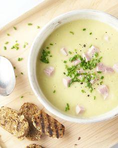 Zin in een klassiek kommetje comfort food? Deze zalige vullende prei-aardappelroomsoep lepel je zo naar binnen! Gemakkelijk om te maken, heerlijk om van te genieten! De soep wordt afgewerkt met hamblokjes en bieslook. En een lekker krokant geroosterde broodje om in de soep te soppen. Soup Recipes, Vegetarian Recipes, Healthy Recipes, Good Food, Yummy Food, Soups And Stews, Cooking Time, Food Hacks, Food To Make