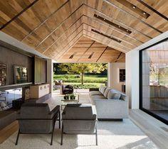 Das Satteldach mit Leisten aus Metall sorgt für genügend Licht