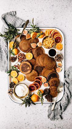 Je vous partage ma meilleure recette de crêpes au pain d'épices, qu'on peut préparer tranquillement quelques jours avant Noël. Je vous le dis tout de suite, la recette donne beaucoup de crêpes, mais c'est pour en congeler (ou pas!) et pouvoir en manger plus facilement, quand bon nous semble.