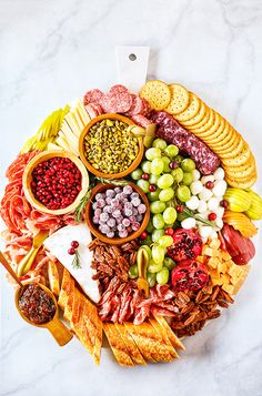 Christmas Charcuterie Board - Marion Natalie ❤️ - Christmas Charcuterie Board Easy Christmas Charcuterie Board for the Holidays.It's packed with delicious holiday favorites and is a perfect centerpiece for any Christmas party! Plateau Charcuterie, Charcuterie And Cheese Board, Charcuterie Platter, Cheese Boards, Holiday Appetizers, Appetizer Recipes, Holiday Recipes, Party Appetizers, Meat Appetizers