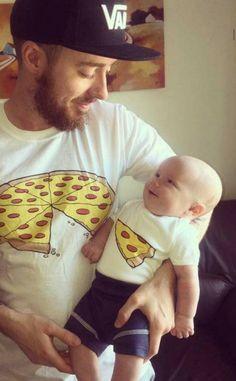 Eltern aufgepasst: Das sind die coolsten Family-Shirts ever! 😍 Partnerlook für Eltern und Kids: Die coolsten Shirts ever! So Cute Baby, Baby Kind, Cute Kids, Cute Babies, Baby Boy, Baby Girls, Dad Baby, Foto Baby, Father And Son