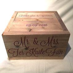 Bordeaux rode letters op de enveloppendoos is geen probleem. De teksten, logo's en/of datum kunnen makkelijk in jullie thema kleuren worden aangebracht. De #enveloppendoos is na de fesstelijkheden uiteraard ook goed te gebruiken als #memorybox.Deze enveloppendoos is gemaakt van gebruikt steigerhout. #enveloppendoos #bruiloft #huwelijk #wedding #trouwen #trouwartikelen #trouwaccessoires