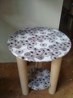 Olá visita!        Hoje vou passar pra vocês como fazer uma linda mesa usando tubos de papelão e papelão de embalagens.Essa fiz em parceri...
