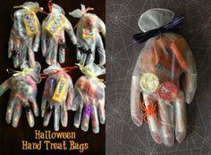 Einweg - Gummihandschuhe mit Süßigkeiten füllen.