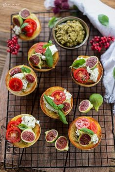 Miniveggirotpizza mit Feigen, Snack Rezepte, Brotpizza Rezepte, Pizza Rezepte, Pizza Rezeptideen,  veggie Pizza, vegetarische Pizza, schnelle Rezepte, einfache Snackrezepte,  einfache Pizzaideen, Blitzrezepte, Rezepte für Party, gute Jause, pizza  recipes, breadpizza with figs, pizza with fruit, vegetarian pizza ideas, fast  snack ideas, simple snack recipes, veggie snack recipes, snack-to-go recipes Food Blogs, International Recipes, Creative Food, Easy Peasy, Bruschetta, Mozzarella, Pesto, Good Food, Favorite Recipes
